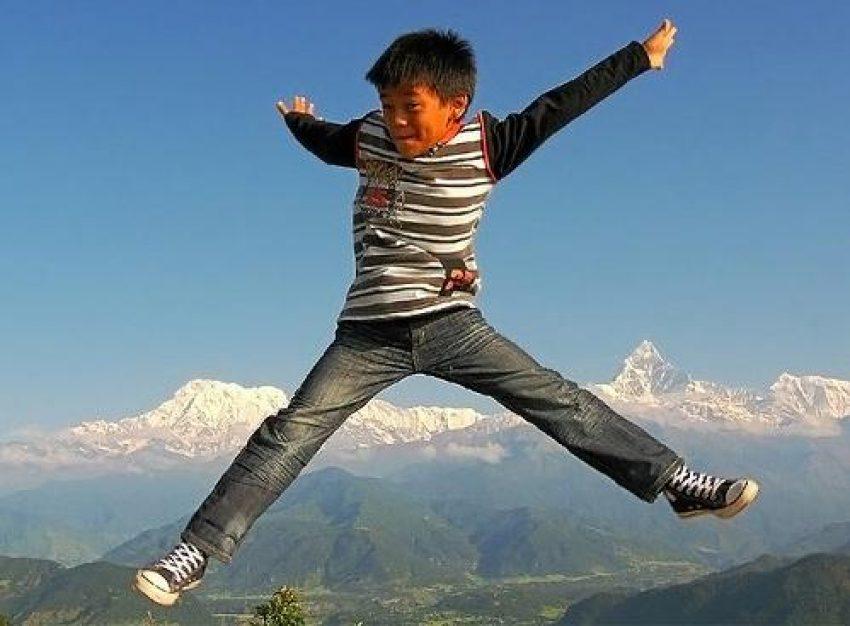 Niño saltando como ejemplo de si quieres volar necesitas aprender a caer