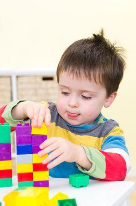 niño-de-dos-años-jugando