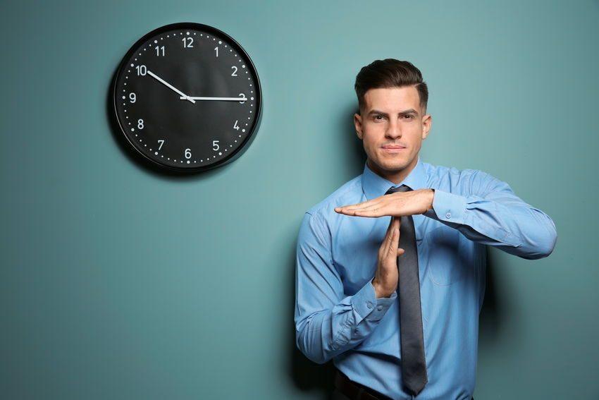Profesional pidiendo tiempo muerto como ejemplo de cómo incumplir expectativas sin dañar tu credibilidad