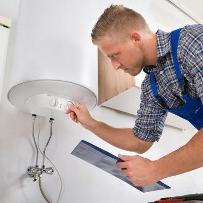 Técnico revisando una caldera como ejemplo de 7 buenas prácticas para tu Revisión Semanal
