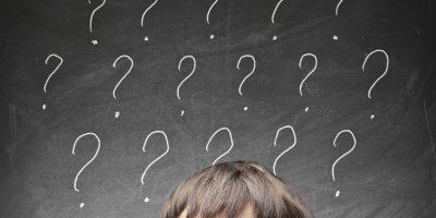 Niño rodeado de interrogantes como ejemplo de lo que no requiere acción en GTD®