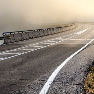 Curva sin visibilidad como ejemplo de efectividad es anticipar en lugar de suponer