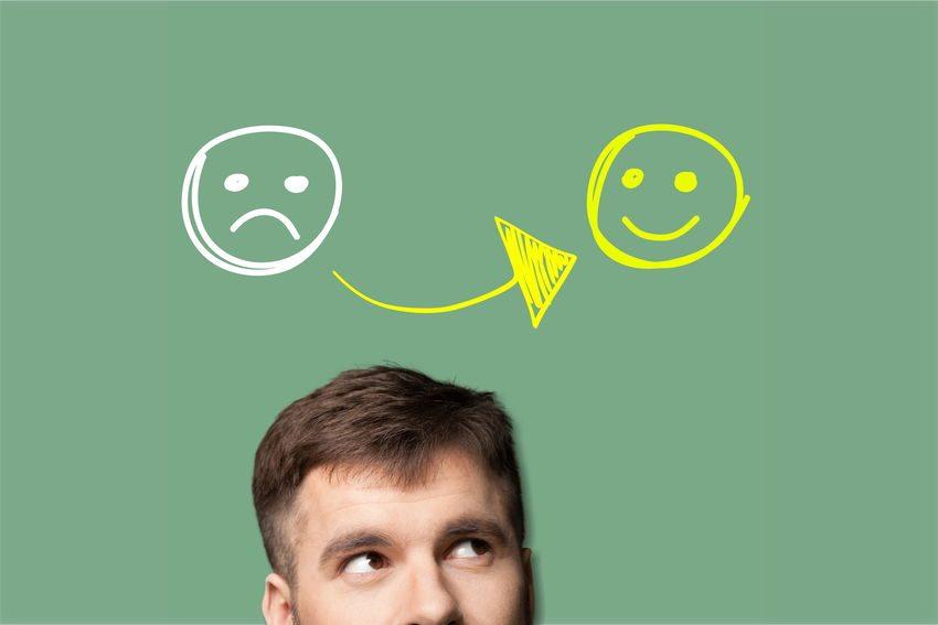 Hombre pensando en ser feliz como ejemplo de lo que haces importa para tu felicidad