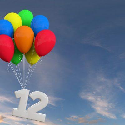 Globos con un 12 colgando como ejemplo de el blog Óptima Infinito cumple 12 años