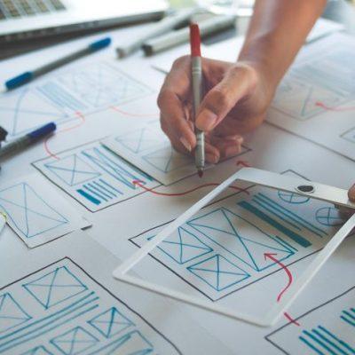 Hombre dibujando un prototipo como ejemplo de cómo hacer accionable el trabajo del conocimiento