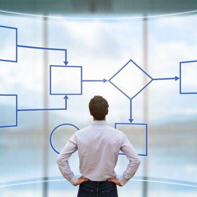 Hombre mirando un workflow como ejemplo de digitalización, tecnología y efectividad en OPTIMA LAB