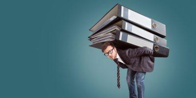 Hombre con archivo a la espalda como ejemplo de por qué GTD® no es un archivo