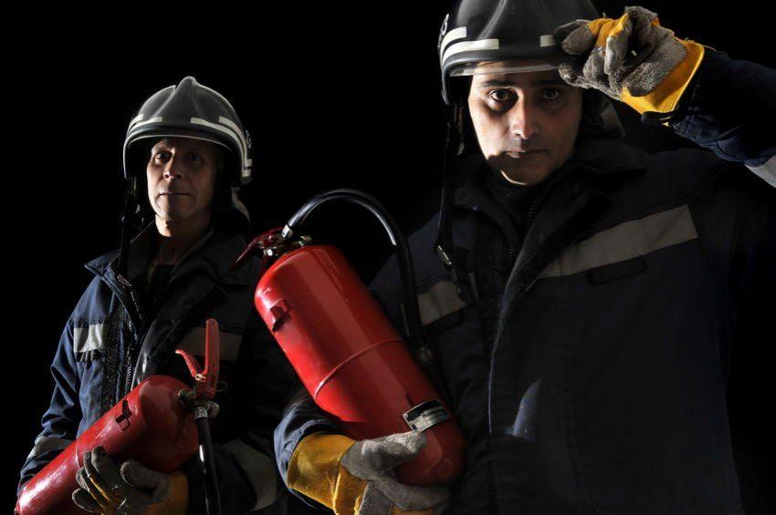 Bomberos con extintores como ejemplo de cómo gestionar los asuntos urgentes con GTD®
