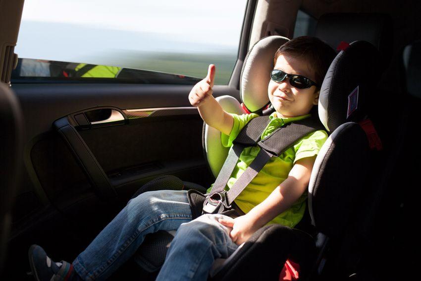 Niño con cinturón de seguridad como ejemplo de los principios productivos y las buenas prácticas