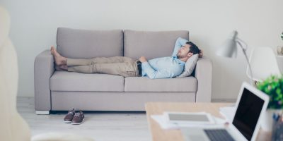 Joven echándose una siesta como ejemplo de no hacer nada productivo también es efectividad