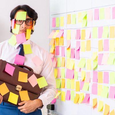 Joven lleno de Post-it como ejemplo de cómo Capturar bien agiliza tus proyectos GTD®