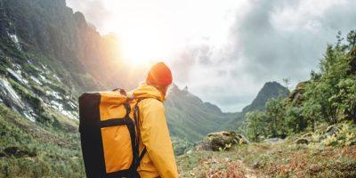 Senderista mirando hacia lo alto como ejemplo de XVII Jornadas OPTIMA LAB: volver a disfrutar
