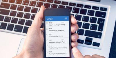 Buzón de email en móvil como ejemplo de carpetas de email tipo lista de recordatorios