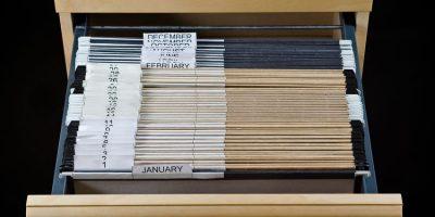 Archivador con 43 carpetas como ejemplo de la explicación definitiva del archivo de seguimiento
