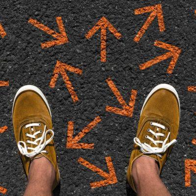 Flechas en el suelo en múltiples direcciones como ejemplo de lo único que importa para tomar decisiones