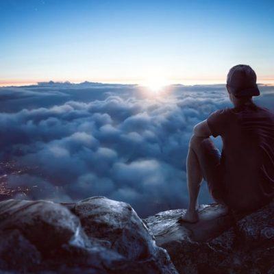 Joven mirando el horizonte como ejemplo de los Horizontes Superiores son sólo para Reflexionar